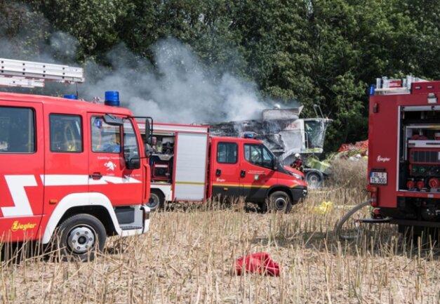 <p>Unterstützt wurden die Kameraden bei der Brandbekämpfung durch Landwirte, die mit Wasserfässern Löschwasser bereitstellten.</p>