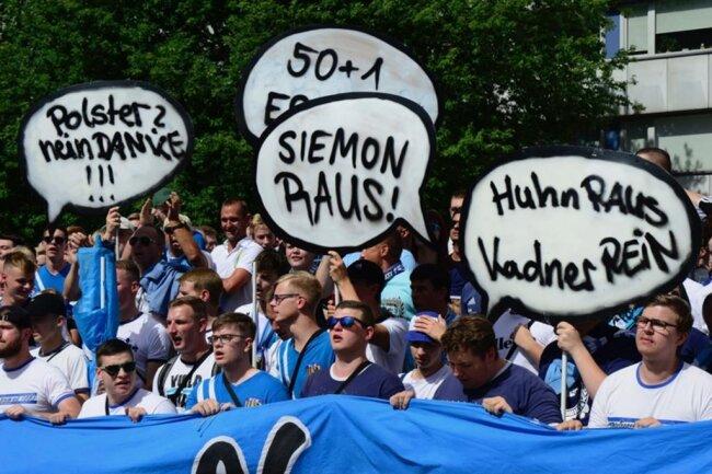 <p>Die Anhänger des Fußball-Drittligisten zogen vor dem DFB-Pokalspiel gegen den Hamburger SV bei einem&nbsp;Fanmarsch durch die Innenstadt, um ein Zeichen des Zusammenhalts nach Außen zu setzen.</p>
