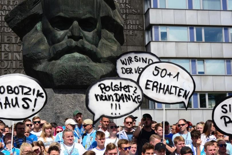 <p>Mehrere hundert CFC-Fans - größtenteils gekleidet in Himmelblau - haben sich am Sonntagnachmittag vor dem Karl-Marx-Monument versammelt.</p>