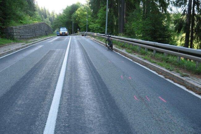 <p>Der 30-Jährige streifte mit seiner Aprilia kurz vor der Ortslage Wilzschhaus in einer Linkskurve einen in gleicher Richtung fahrenden Radfahrer. Der 42-jährige Radler stürzte und zog sich Verletzungen zu.</p>
