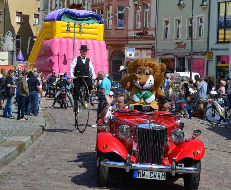<p>Der Oldtimerkorso zum Altstadtfest, angeführt von einem Wagen mit dem Mittweidaer Maskottchen und OB Ralf Schreiber, führte am Sonntagnachmittag durch die Innenstadt von Mittweida und lockte viele Schaulustige an.</p>