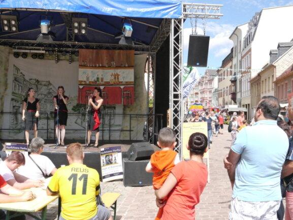 """<p>Getreu dem Festmotto """"Heiter beswingt"""" trat am Sonntagnachmittag unter anderem das Leipziger Swingtrio Chicks on Swing auf einer der sieben Bühnen zum Altstadtfest in Mittweida auf.</p>"""
