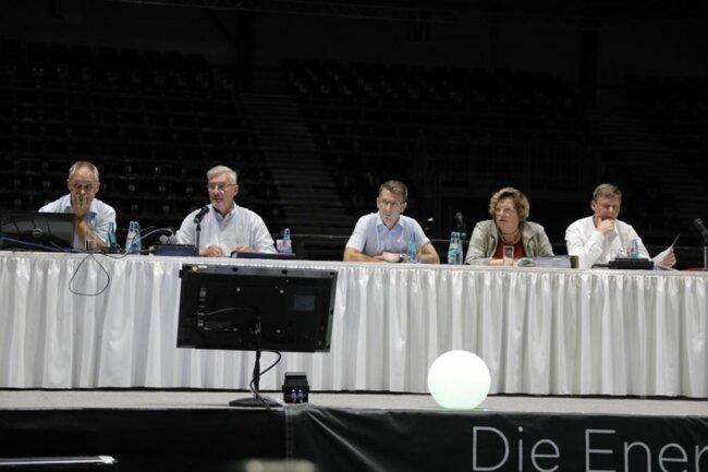 <p>Das Podium zu Beginn der Sitzung: Versammlungsleiter Mario Legtat, Ehrenratsvorsitzender Jürgen Rotter, Vorstandsvorsitzender Notvorstand Andreas Georgi, Aufsichtsratskandidatin Annette Neuerburg und Ex-Aufsichtsratsvorsitzender Uwe Bauch.</p>