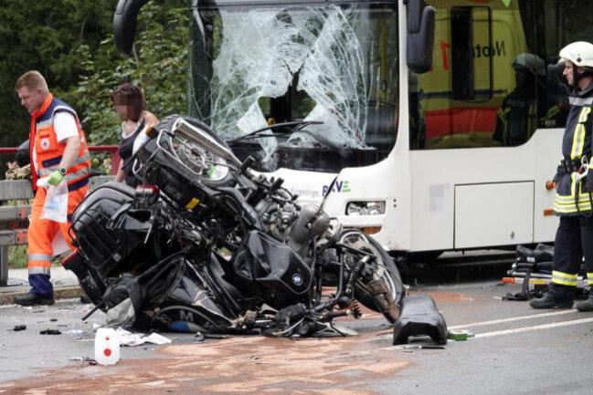 <p>Die Busfahrerin und ein Insasse im Bus wurden leicht verletzt.</p>