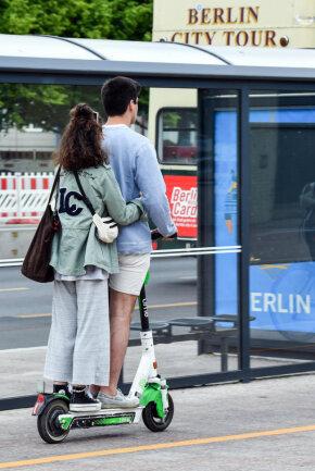 <p><b>Darf jeder die neuen E-Scooter fahren?&nbsp;</b>Fahrer müssen mindestens 14 Jahre alt sein. Sie brauchen keine Prüfung wie etwa eine Mofaprüfbescheinigung. Wichtig ist, dass nur eine Person auf dem Roller fahren darf. Weder ein Mitfahrer – auch nicht Kinder – noch ein Anhänger sind erlaubt.</p>