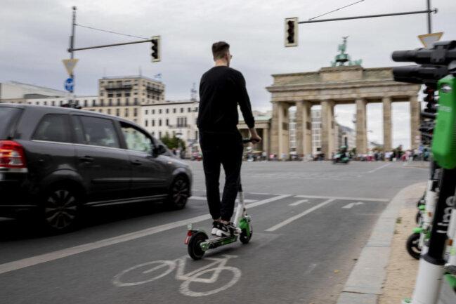 <p><b>Wo darf ich mit dem zugelassenen Roller fahren?&nbsp;</b>In erster Linie sind alle Radverkehrsanlagen erlaubt, also etwa auf Radwegen, Radfahrstreifen und Schutzstreifen. Fehlen diese, müssen Roller auf die Straße wechseln. Gehwege sind grundsätzlich tabu.</p>