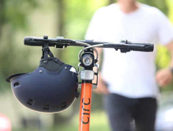 """<p><b>Muss ich einen Helm tragen?&nbsp;</b><span style=""""font-size:11.0pt""""><span style=""""line-height:115%""""><span calibri="""""""" style=""""font-family:"""">Es gibt zwar keine Helmpflicht, aber eine aktuelle Studie zu E-Scootern zeigt, dass es besonders viele sogenannte Alleinunfälle gibt - also Stürze ohne Unfallgegner. Bei diesen war sehr häufig der Kopf betroffen. Deshalb ist ein Helm dringend zu empfehlen.</span></span></span></p>"""