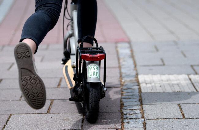 <p><b>Wie erkenne ich, ob ein E-Scooter zugelassen ist?</b> Es müssen die fahrdynamischen Mindestanforderungen gegeben sein: Bremse, Lenker, Licht, Blinker und Klingel sind vorgeschrieben. Außerdem darf der Roller maximal 20 km/h schnell sein. Zu beachten ist auch die Versicherungspflicht mit Klebeschild.</p>