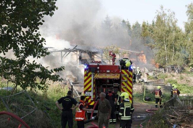 <p>Im Einsatz waren am Nachmittag rund 100 Kameraden der Berufsfeuerwehr und von vier Freiwilligen Feuerwehren.</p>