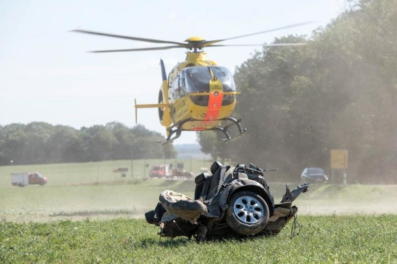 <p>Laut Polizei kam der 46-Jährige mit seinem Honda ungefähr 400 Meter vor dem Abzweig Weißbach in einer leichten Linkskurve vermutlich wegen unangepasster Geschwindigkeit von der Fahrbahn ab und stieß gegen mehrere Bäume.</p>