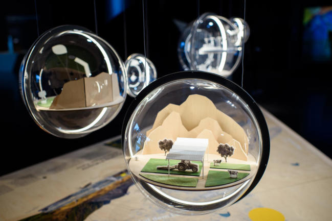 <p>Ein kleines Modell eines Bauernhof aus dem 3D-Drucker ist im Futurium, dem Zentrum für Zukunftsgestaltung im Berliner Regierungsviertel, in einer Plexiglaskugel zu sehen.</p>