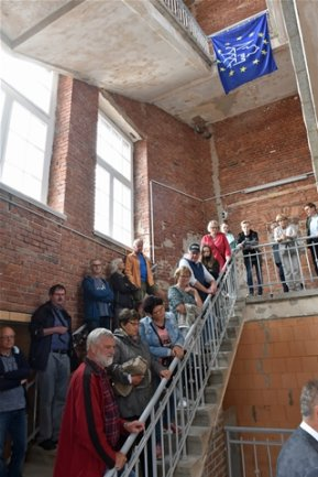 <p>Alte Baumwolle Flöha: Neugierige Gäste drängten sich im Treppenhaus des 1904er-Baus.&nbsp;&nbsp;</p>