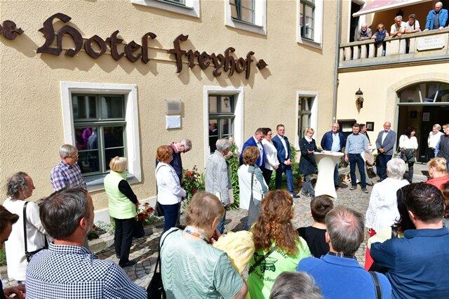 <p>Volkmar Zimmermann hat für sein Hotel Freyhof&nbsp; in Freiberg den Sanierungspreis 2019 von Anita Torchala überreicht bekommen.&nbsp;</p>