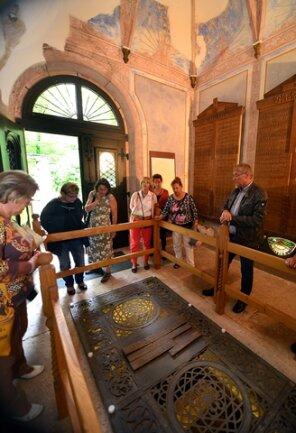 <p>Donald Böenberg (rechts), Vorsitzender des Altstadtfördervereins, erklärte den Besuchern das Werner-Mausoleum mit der Gruft im Stadtpark in Hainichen.&nbsp;</p>