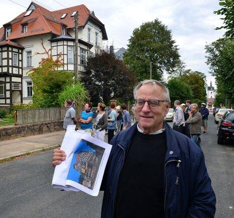 <p>Heiko&nbsp;Weber führte in Mittweida etwa 50 Leute zum Tag des offenen Denkmals über das Villenviertel Deckerberg, hier in der Johann-Sebastian-Bach-Straße.&nbsp;</p>