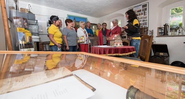 <p>Über zahlreiche Besucher konnte&nbsp;sich Katja Schättin (rechts) vom Vorstand und ihre Mitstreiter vom Heimat- und Kulturverein Lunzenau freuen. Nach einer Pause im Vorjahr hat der Verein zum Tag des offenen Denkmals das Heimathaus in Lunzenau geöffnet.&nbsp;</p>