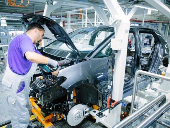 <p>Für die Produktion wurde ein eigenes Fertigungssystem entworfen, der Modulare E-Antriebs-Baukasten (MEB), der ausschließlich für den Elektroantrieb und maximale Innenraumgröße konzipiert wurde.</p>