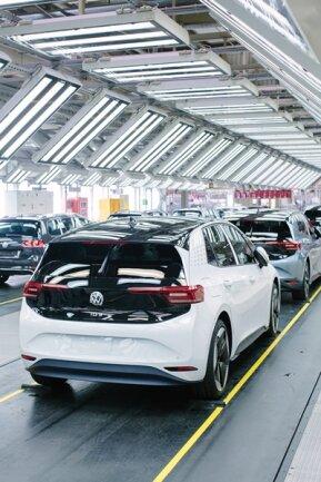 <p>Mit entsprechenden Schnellladesäulen können innerhalb von 30 Minuten rund 290 Kilometer Reichweite nachgeladen werden. VW wird acht Jahre beziehungsweise 160.000 Kilometer Garantie auf die Batterien geben.</p>