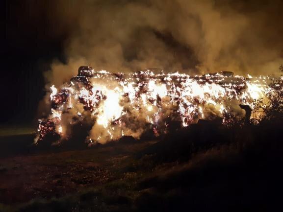 <p>Gegen 1.45 Uhr waren die Einsatzkräfte alarmiert worden. Zu diesem Zeitpunkt standen die Ballen einer großen Strohmiete schon in Flammen.</p>