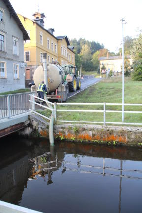 <p>Vorher wurde das Wasser mit Wasserfässern der Agrargenossenschaften aus dem Mühlgraben in Hohenfichte gepumpt und zum Feld gefahren.&nbsp;</p>