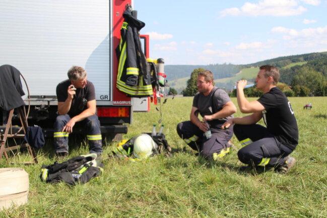 <p>Bis zum frühen Nachmittag hatte die Frage im Raum gestanden, warum die 1500 Strohballen in Brand geraten konnten. Nicht nur in Leubsdorf wurde darüber gemutmaßt, dass es sich um Brandstiftung handeln könnte.</p>