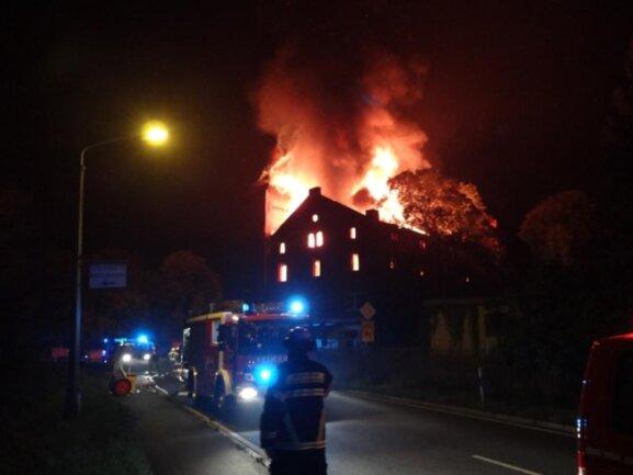 <p>Das Feuer brach aus bislang unbekannter Ursache am Morgen im oberen Gebäudeteil aus.</p>