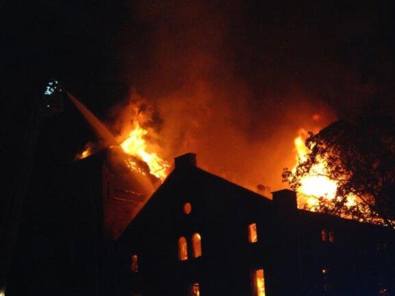 <p>Dach und drittes Obergeschoss wurden erheblich in Mitleidenschaft gezogen.</p>
