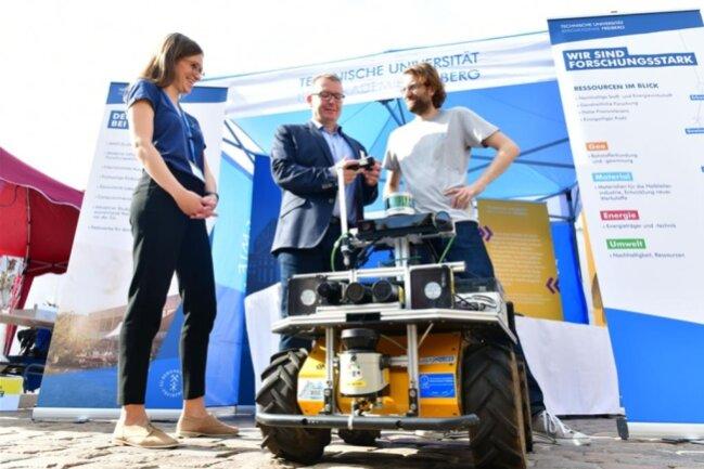 """<p>Stand der TU Bergakademie Freiberg mit Forschungsroboter """"Alexander v. Humboldt """" und OB Sven Krüger,Robert Lösch und Lisa Schmidt.</p>"""