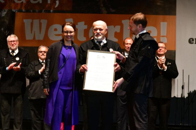 <p>Michelle Müntefering, Staatsministerin für Internationale Kulturpolitik, hat die Welterbeurkunde an Ministerpräsidenten Michael Kretschmer (rechts) übergeben. Der überreichte sie schließlich an Alt-Landrat Volker Uhlig.&nbsp;</p>