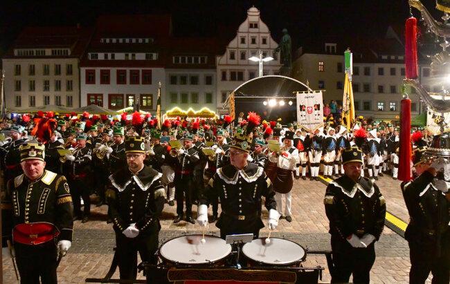 <p>1996 wurde der Große Sächsische Bergmännische Zapfenstreich&nbsp;zum ersten Mal in Schneeberg aufgeführt. Nun in Freiberg.</p>