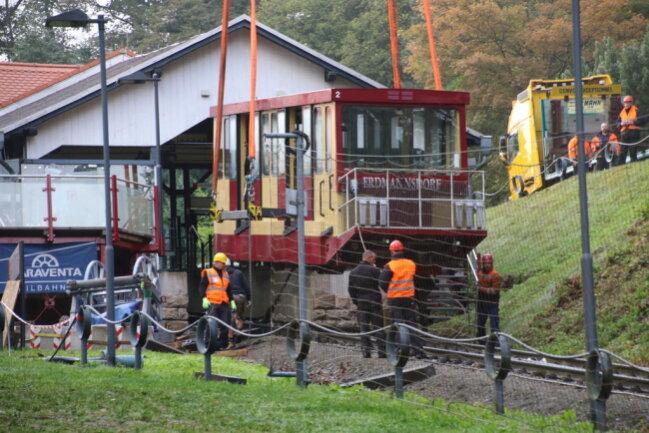 <p>Kurz vor halb neun am Dienstag schwebte der erste Wagen der Drahtseilbahn&nbsp;von den Schienen in die Luft und wurde&nbsp;von dort vorsichtig auf einen Spezialtransporter gehoben.</p>