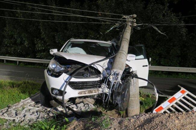 <p>Bei dem Unfall rissen Stromkabel. Einzelne Haushalte waren deshalb ohne Strom.</p>