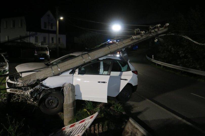 <p>Das Auto kollidierte mit einem Strommast. Die Fahrerin wurde vom Rettungsdienst verletzt ins Krankenhaus gebracht.</p>