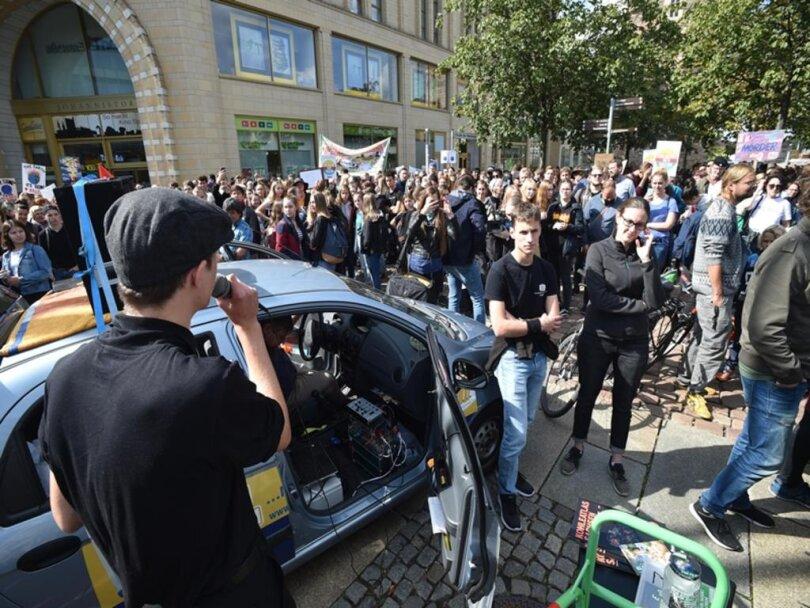 <p>In Chemnitz sammelten sich die Demonstranten am Mittag vor dem Roten Turm.</p>