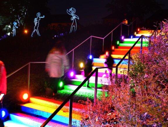 <p>Dabei kommen laut Lichtkünstler Wolfgang Flammersfeld Projektoren, Beamer, Leuchtfiguren und über 300 Scheinwerfer zum Einsatz.</p>