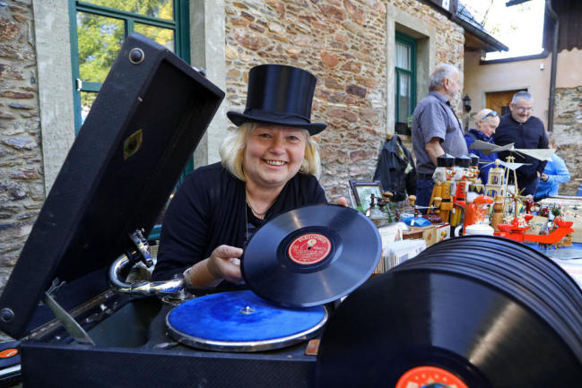 <p>Trödelhändlerin Veronika Stolpe sorgte mit dem alten Grammophon in gewissen Abständen für Unterhaltung auf dem Mühlenhof.</p>