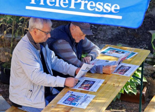 """<p>Zwischen den Führungen konnte man sich die Zeit auch mit dem Lesen der aktuellen """"Freien Presse"""" vertreiben.</p>"""