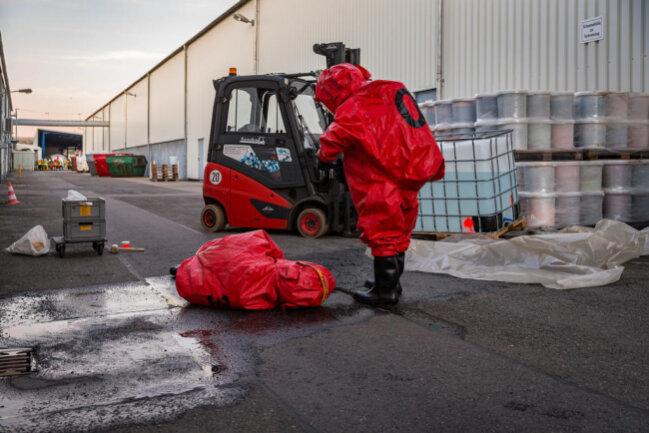 <p>Auch Part des Szenarios: Ein Gabelstapler-Fahrer verletzte sich an einer chemischen Substanz.</p>