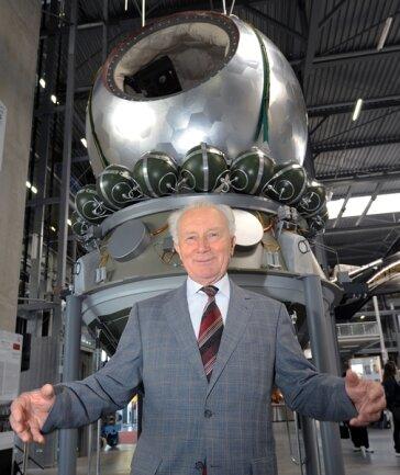 """<p>Sigmund Jähn steht anlässlich der Erweiterung der Raumfahrtausstellung """"Apollo &amp; Beyond"""" im Technik Museum in Speyer vor einem Nachbau des sowjetischen Raumschiffs Wostok 1, mit dem der russische Kosmonaut Gagarin als erster Mensch ins Weltall geflogen war. (09.04.2011)</p>"""