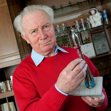 <p>Sigmund Jähn hält im März 2011 im brandenburgischen Strausberg ein Modell einer «Sojus-Rakete» in den Händen.</p>