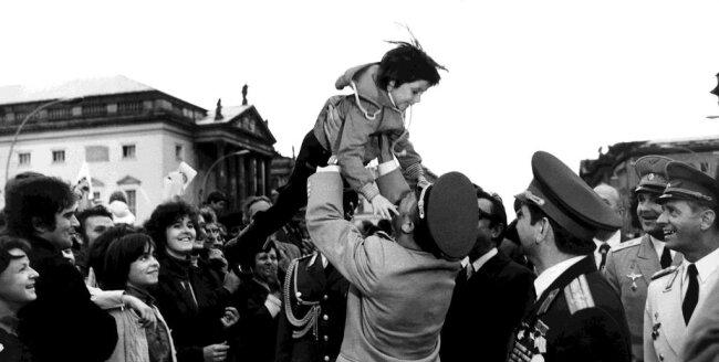 <p>Die Kosmonauten Sigmund Jähn (M) und sein sowjetischer Kollege Waleri Bykowski (2.v.r.) werden am 21.09.1978 in Berlin (DDR) von der begeisterten Bevölkerung stürmisch gefeiert.</p>