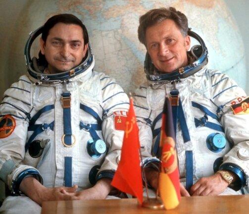 <p>Das Foto vom August 1978 zeigt den sowjetischen Kosmonauten Waleri Bykowski (l) und den DDR-Kosmonauten Sigmund Jähn, die in ihren Raumanzügen vor einem großen Globus im Kosmodrom Baikonur sitzen. Am 26.08.1978 starteten sie gemeinsam mit dem Raumschiff Sojus 31 zur russischen Raumstation Salut 6. Waleri Bykowski ist bereits verstorben.</p>