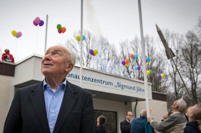 <p>Sigmund Jähn verfolgte am 24.03.2019 in Chemnitz vor dem Kosmonautenzentrum den Start von Modellraketen.</p>