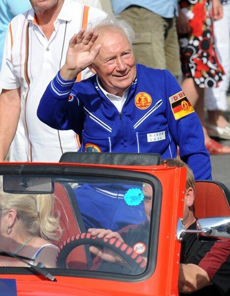 <p>Der Kosmonaut Sigmund Jähn nahm im September 2011 am Festumzug zum 20. Tag der Sachsen teil.</p>
