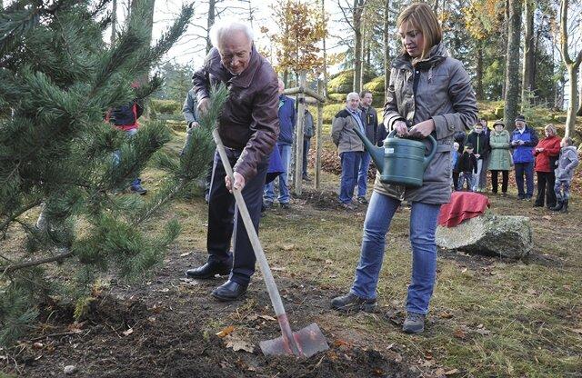 <p>Aus Anlass des Jubiläums 25 Jahre Mauerfall wurden in Morgenröthe-Rautenkranz drei Bäume gepflanzt:&nbsp;Sigmund Jähn und&nbsp;Bundestags-Mitglied&nbsp;Yvonne Magwas.</p>