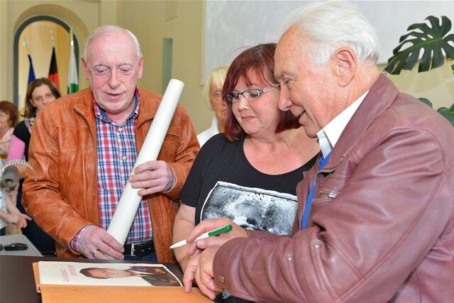 """<p>Besonderes Autogramm 2015 für Beate Werner. Sie hatte<span style=""""font-size:10.0pt"""">&nbsp;1978 als Schulmädchen&nbsp;eine Arbeit über den Kosmonauten verfasst.</span></p>"""