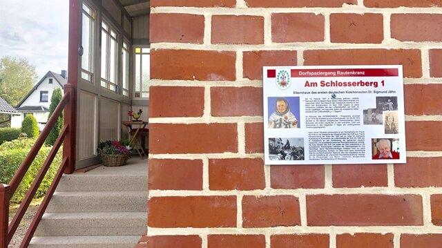 <p>Am Elternhaus weist ein Schild auf den berühmten Bewohner hin.&nbsp;</p>