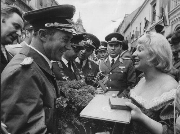 <p>Nach der Rückkehr Sigmund Jähns aus dem All tourt der Kosmonaut im September 1978 durchs Land. In Reichenbach empfängt ihn im Beisein Tausender die Neuberin in Gestalt von Heidi Dillner vom Renak-Theater. Ihm und Waleri Bykowski übergibt sie Neuberin-Medaillen.</p>