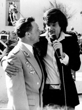 <p>1980: mit Dean Reed, dem amerikanischen Schauspieler und Sänger, zu den Vogtländischen Musiktagen auf dem Marktplatz in Klingenthal.&nbsp;</p>