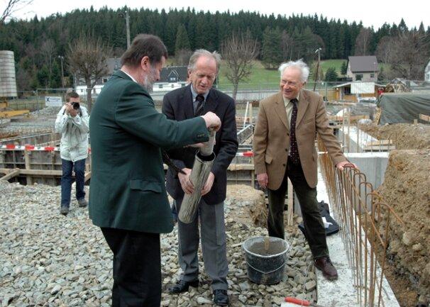 <p>Bei der Grundsteinlegung für das&nbsp; Raumfahrtausstellungsgelände in Morgenröthe-Rautenkranz im Jahr 2006 (von links): Bürgermeister Konrad Stahl, Landrat Tassilo Lenk, Sigmund Jähn.&nbsp;</p>